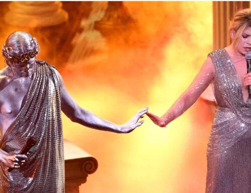 """Festival di Sanremo: """"fumi, raggi laser e  scemi che si muovono"""""""